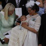 Mette-Marit de Noruega con Victoria de Suecia y Oscar durante su bautizo