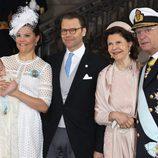 Victoria y Daniel de Suecia con su hijo Oscar y Carlos Gustavo y Silvia de Suecia en el bautizo de Oscar de Suecia