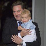 Chris O'Neill y su hijo Nicolás de Suecia en el bautizo de Oscar de Suecia