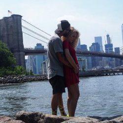 Azahara y Juanma, de 'GH 15', posan con el puente de Brooklyn de fondo