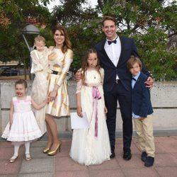 Tamara y su familia en el bautizo de su hijo Héctor y la comunión de su hija Daniela