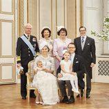 Oscar de Suecia con sus padres, su hermana Estela y sus abuelos en su bautizo