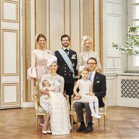 Oscar de Suecia con sus padres, su hermana Estela y sus tíos Magdalena y Carlos Felipe de Suecia y Anna Westling en su bautizo