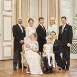 Oscar de Suecia con sus padres, su hermana Estela y sus padrinos en su bautizo
