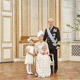 Oscar de Suecia con la Princesa Victoria, la Princesa Estela y Carlos Gustavo de Suecia en su bautizo