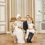Oscar de Suecia con Victoria y Daniel de Suecia y la Princesa Estela en su bautizo