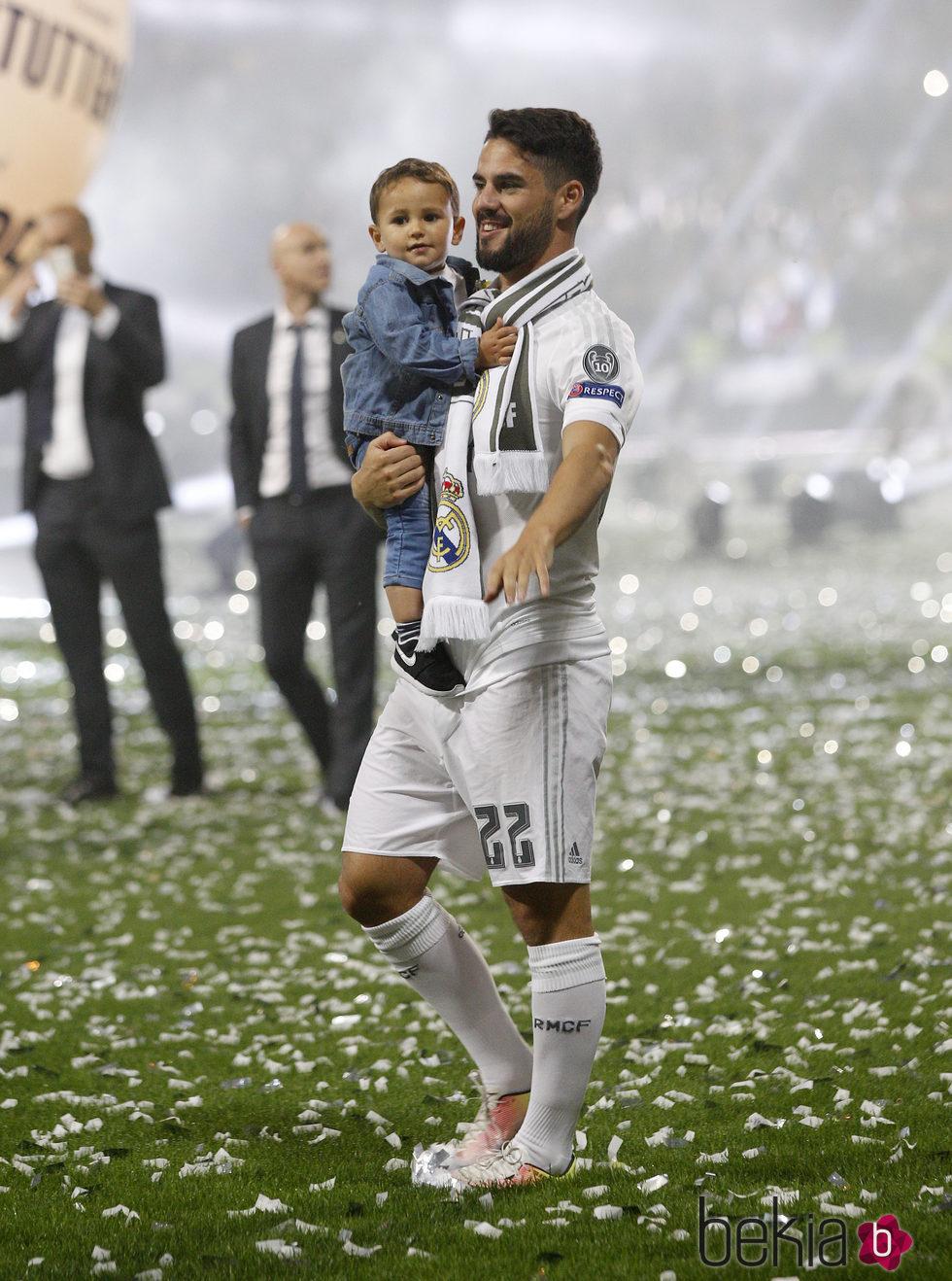 Isco Alarcón con sus hijo Isco en la celebración de la undécima Champions en el Santiago Bernabéu