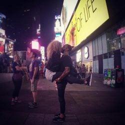 Azahara y Juanma se besan en Times Square
