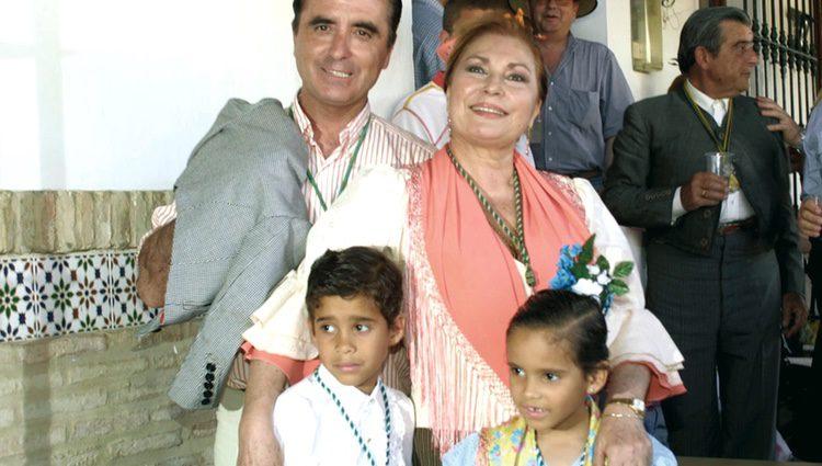 José Ortega Cano y Rocío Jurado con sus hijos adoptivos José Fernando y Gloria Camina en el Rocio