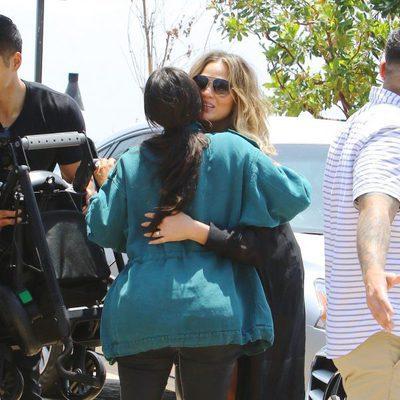 Chrissy Teigen y Kim Kardashian se saludan en Beverly Hills