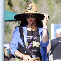 Megan Fox luciendo embarazo en el parque junto a sus hijos