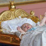 Oscar de Suecia en la cuna de  Karl XV en su bautizo