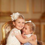Estela de Suecia abraza a Leonor de Suecia en el bautizo de Oscar de Suecia