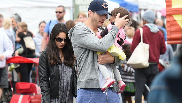 Mila Kunis, Ashton Kutcher y su hija Wyatt de compras