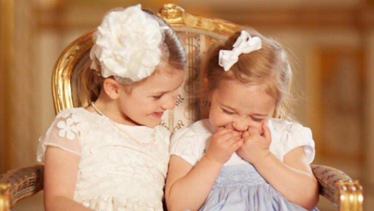 Estela de Suecia y Leonor de Suecia riéndose en el bautizo de Oscar de Suecia