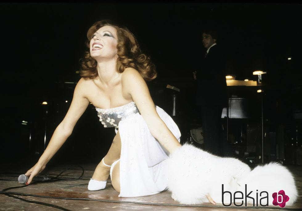 Rocío Jurado en un concierto en la década de los 80