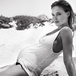 Bar Refaeli luce embarazo en la playa