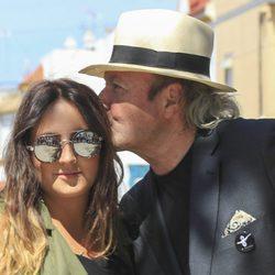 Amador Mohedano besando a Rocío Flores en el 10 aniversario de la muerte de Rocío Jurado