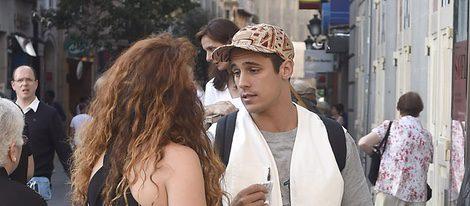 Martiño Rivas habla con una chica antes de ver en el teatro a irene Escolar