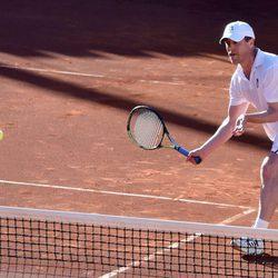 Hugh Grant jugando al tenis en Marbella