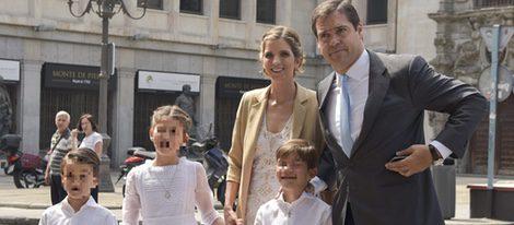 Luis Alfonso de Borbón y Margarita Vargas junto a sus hijos en la comunión de Eugenia en Madrid