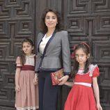 Paloma Segrelles con sus hijas durante la comunión de Eugenia de Borbón en Madrid