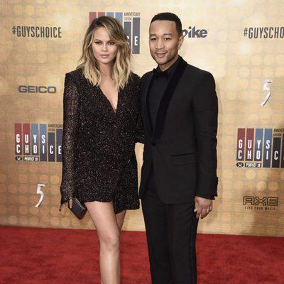 Chrissy Teigen y John Legend en la alfombra roja de los Guys Choice 2016