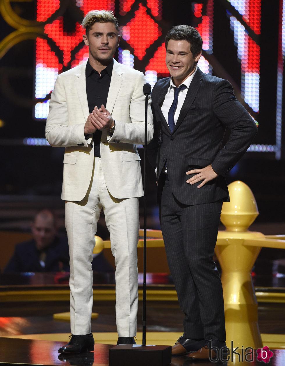 Zac Efron y Adam Devine en la gala de los Guys Choice 2016