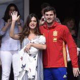 Iker Casillas y Sara Carbonero saludando en la presentación de su hijo Lucas