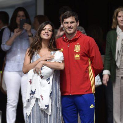 Iker Casillas y Sara Carbonero con su hijo Lucas a la salida de la Clínica Ruber