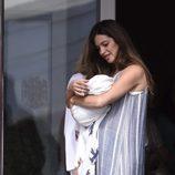Sara Carbonero sale del hospital con su hijo Lucas