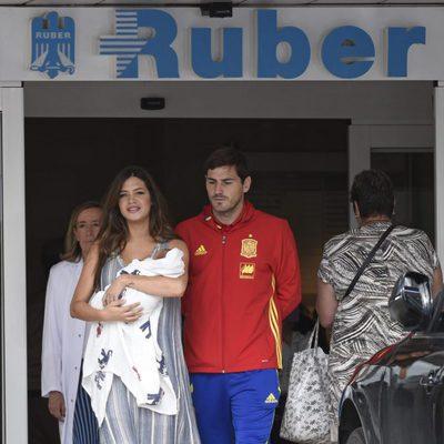 Iker Casillas y Sara Carbonero a su salida del hospital con su hijo Lucas