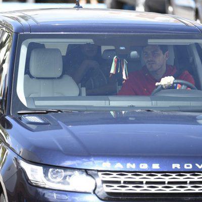 Iker Casillas conduciendo y Sara Carbonero con su hijo Lucas en la parte trasera del coche