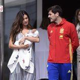 Sara Carbonero mira a su hijo Lucas acompañada de Iker Casillas en su salida del hospital
