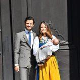 Los Príncipes Carlos Felipe y Sofia con su hijo Alejandro el Día Nacional de Suecia 2016