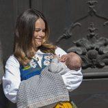 Sofia Hellqvist con su hijo el Príncipe Alejandro en brazos el Día Nacional de Suecia 2016