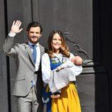 Los Príncipes Carlos Felipe y Sofia con su hijo Alejandro de Suecia el Día Nacional de Suecia 2016