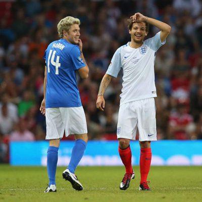 Louis Tomlinson y Niall Horan participando en el 'Soccer Aid' en Old Trafford