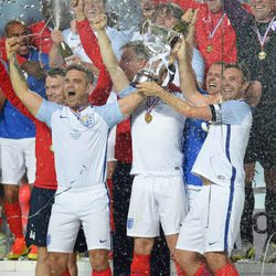 Robbie Williams y Jonathan Wilkes celebran su victoria en el 'Soccer Aid'