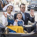Victoria y Daniel de Suecia con la Princesa Estela en el Día Nacional de Suecia 2016