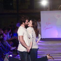 Alejandro Tous y Ruth Nuñez besándose en el segundo aniversario de By Nerea Garmendia
