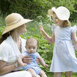 Victoria de Suecia con sus hijos Estela y Oscar de Suecia en el Día Nacional de Suecia 2016