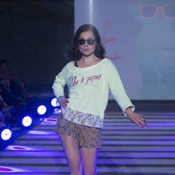 Nadia de Santiago desfilando en el segundo aniversario de By Nerea Garmendia