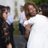 Mónica Martín Luque y Mónica Hoyos dar el pésame a Ivonne Reyes en el funeral de su hermano