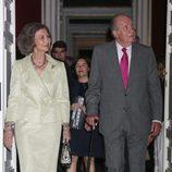 Los Reyes Juan Carlos y Sofía en la inauguración de una exposición artística en el Palacio Real