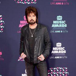 Billy Ray Cyrus posa en la alfombra roja de los CMT Music Awards 2016