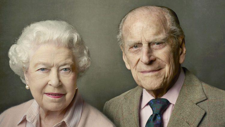 La Reina Isabel y el Duque de Edimburgo posan para celebrar su 90 y su 95 cumpleaños