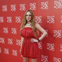 Lindsay Lohan posando muy simpática en la celebración del 20º aniversario de Uno de 50