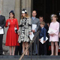 El Duque de York, Eugenia de York, Beatriz de York, Eduardo de Wessex, Jacobo Windsor, Lady Louise Windsor y la Condesa de  Wessex en la misa por los 90 cu