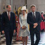 El Duque y la Duquesa de Cambridge y el Príncipe Harry de Inglaterra en la misa por los 90 cumpleaños de la Reina Isabel II de Inglaterra